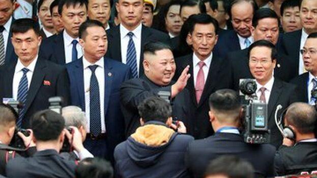 Kim saluda a su llegada a Hanoi, donde se reunirá con autoridades del Partido Comunista antes de su cita con Trump.