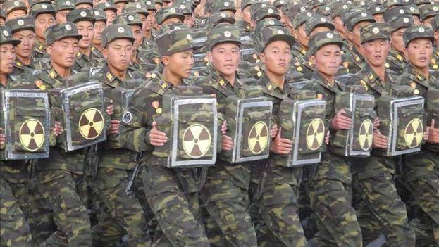 En la emblemática plaza de Kim Il-sung de Pyongyang, el contundente sonido de los pasos de miles de soldados marcó el incio de la celebraciones por el Día del Sol. (EFE)