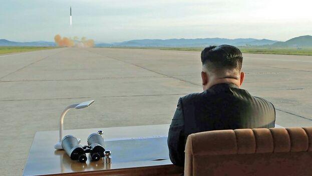 Kim Jong Un supervisa un lanzamiento misilístico. (Archivo EFE)