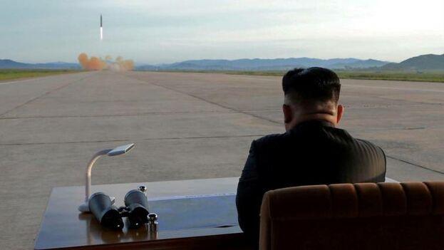 El líder norcoreano Kim Jong Un observa el lanzamiento de un misil. (EFE Archivo)