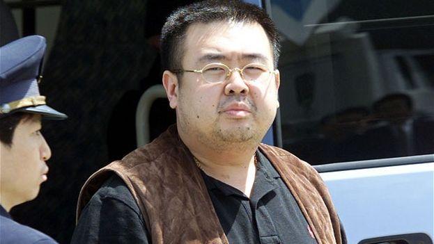 Kim Jong-nam fue presuntamente rociado con un producto químico por las dos mujeres en el aeropuerto y falleció cuando era trasladado de camino al hospital