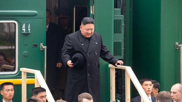 Kim Jong-un baja de su tren blindado en la localidad rusa de Jasán. (Servicio de prensa de Primorie)