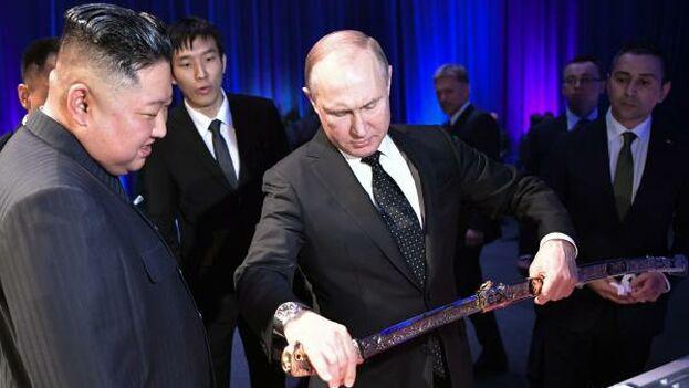Kim Jong-un recibe y Vladímir Putin durante una recepción posterior a su reunión este jueves. (EFE)