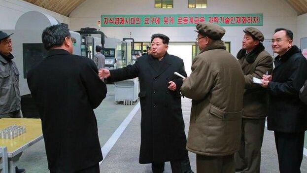 """El líder norcoreano Kim Jong-un decidió pasar del """"estado de emergencia contra la epidemia"""" en que se encontraba el régimen al """"sistema de emergencia máxima"""". (Twitter/KCNA)"""