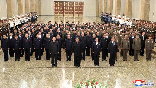 El líder de Corea del Norte, Kim Jong-un y la cúpula de su partido, el pasado 8 de julio durante la visita al Palacio del Sol de Kumsusan, donde se guardan los restos embalsamados de su padre, Kim Jong-il, y de su abuelo, Kim Il-sung. (EFE/EPA/KCNA)