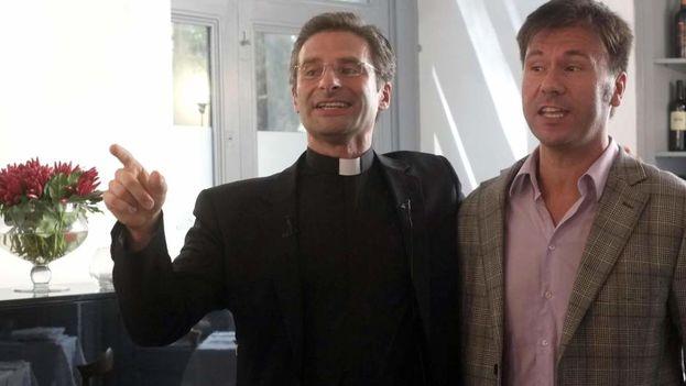 El prelado polaco Krzysztof Charamsa junto a su pareja, Eduardo (Foto EFE)