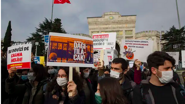 """Se prevé que las protestas seguirán, pero Küçük, profesor de Sociología, advierte de que """"deben permanecer pacíficas"""" para no perder su legitimidad. (Tolga Bozoglu / EFE)"""