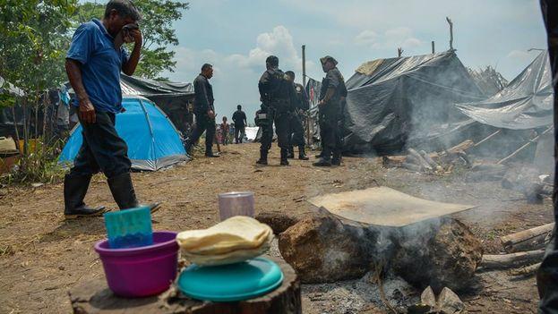 Los desplazados de Laguna Larga han agotado sus recursos y siguen esperando una solución judicial mientras viven de la ayuda humanitaria que les llega. (Centro de Medios Libres)