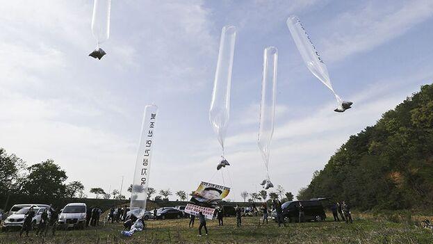 Lanzamiento de globos por parte de Seúl a Corea del Norte. (EFE/EPA)