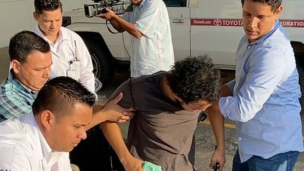 Hans Lawrence, de la plataforma digital 'Nicaragua Investiga', fue dado de alta tras pasar por el hospital debido a la agresión de sandinistas en un funeral por Ernesto Cardenal. (Nicaragua Investiga)