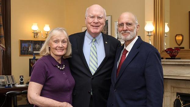 El senador Leahy junto a su esposa Marcelle y Alan Gross en Washington. (Twitter)