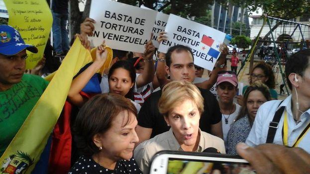 Mitzy Ledezma en la protesta de venezolanos en Panamá contra el Gobierno de Caracas. (Twitter)