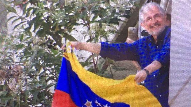 Ledezma saluda desde su vivienda a los congregados el día en que se cumplen dos años desde su privación de libertad. (@alcaldeledezma)