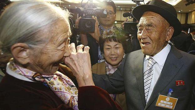 La surcoreana Lee Soon-kyu de 85 años se emociona al reunirse con su marido, Oh In-se, en el complejo turístico de monte Kumgang. (EFE/Yonhap)