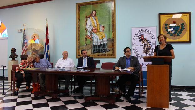 Leonor Whitmarsh, biznieta de Calixto García habla durante la conferencia de prensa de Herencia Cultural Cubana. (14ymedio)