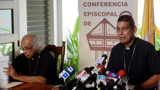 El cardenal Leopoldo Brenes y el obispo de Granada, Jorge Solórzano, al leer el mensaje episcopal sobre el proceso electoral. (El Confidencial)