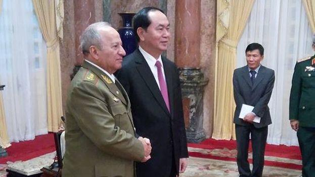 Leopoldo Cintra Frías y el general Ngo Xuan Lich firmaron el acuerdo en el marco de la visita del cubano a Vietnam. (@EmbaCubaVietnam)