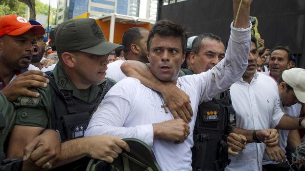 El dirigente opositor venezolano Leopoldo López se entrega a miembros de la Guardia Nacional. (Archivo EFE)