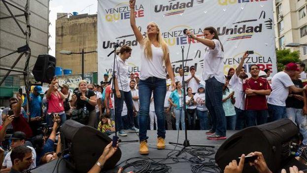 La esposa de Leopoldo López, Lilian Tintori, es vista este 19 de septiembre, durante una manifestación contra el gobierno en la ciudad de Caracas (Foto EFE)