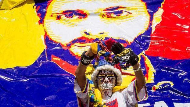 Un manifestante pide la liberación de Leopoldo López este sábado en las calles de Caracas, Venezuela. (EFE)