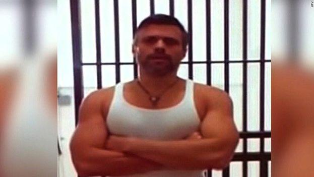 """Leopoldo López en el vídeo que el Gobierno envió la pasada semana como """"fe de vida"""" del opositor y ante los rumores de su hospitalización. (Captura)"""