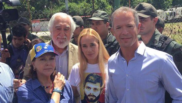 La esposa de Leopoldo López, Liliana Tintori, con la delegación de senadore. (Twitter)