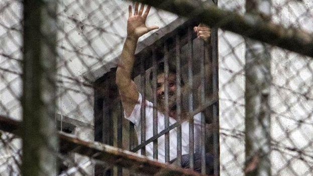 Leopoldo López saluda desde una ventana de la prisión militar Ramo Verde, en Caracas (EFE)