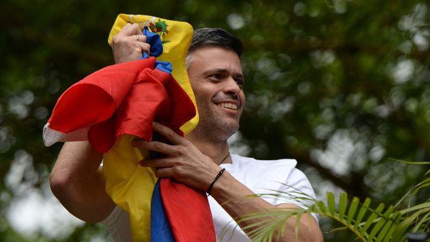 Leopoldo López saluda a los venezolanos que se congregaron frente a su casa para agradecer su excarcelación. (EFE)
