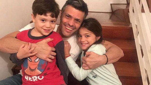 Leopoldo López con sus hijos, Manuela y Leopoldo Santiago, el sábado en Caracas. (Twitter: Hispano Post/NTN24 Venezuela)