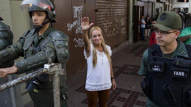 La esposa de Leopoldo López , Lilian Tintori, saluda a su llegada al Palacio de Justicia, (EFE)