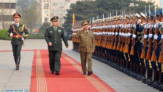 El general Leopoldo Cintra pasa revista a tropas del Ejército Popular de Liberación junto a su homólogo chino, Chang Wanquan. (Xinhua)