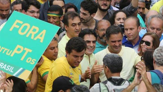 El senador brasileño Aécio Neves junto a los manifestantes que se reúnen en la Plaza de la Libertad para exigir la destitución de Dilma Rousseff, en Belo Horizonte, Brasil. (EFE)