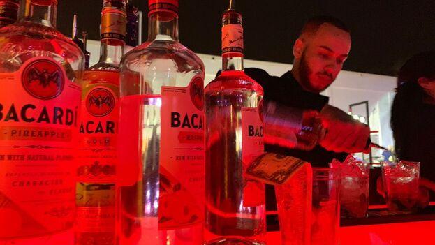 Un hombre sirve un trago Cuba Libre en Miami con ron Bacardí. La compañía Bacardí es una de las empresas que sufrió las expropiaciones de Fidel Castro en la década del 60. (14ymedio)