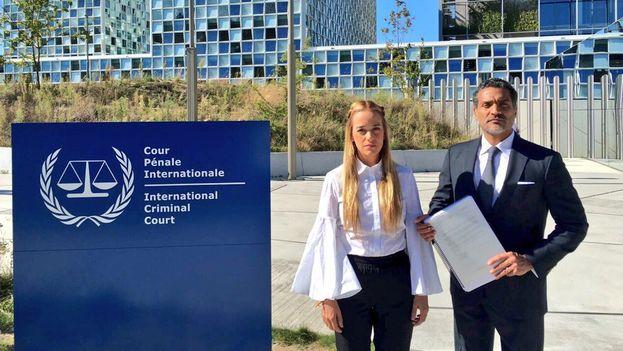 Lilian Tintori en La Haya junto al abogado Juan Gutiérrez. (@liliantintori)
