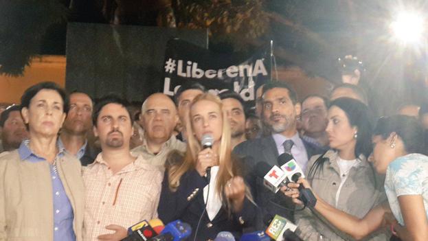 Lilian Tintori en la rueda de prensa que ofreció luego de conocerse la sentencia de su marido, Leopoldo López. (Twitter/@VoluntadPopular)