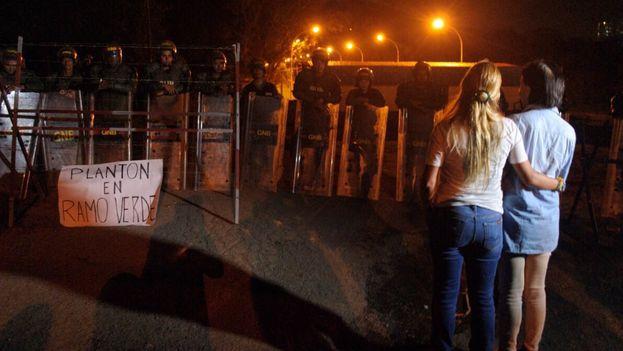 Lilian Tintori junto a la madre de Leopoldo López frente a la cárcel de Ramo Verde. (@LilianTintori)