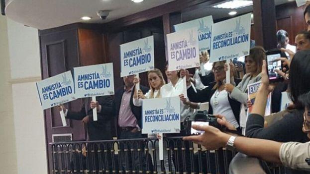 Lilian Tintori y otros activistas en el Parlamento. (Efecto Cocuyo)
