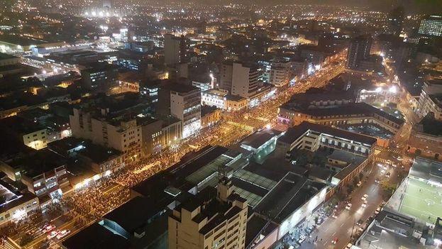 La marcha de este lunes en Lima contra la candidatura de Keiko Fujimori. (@luissantollalla)