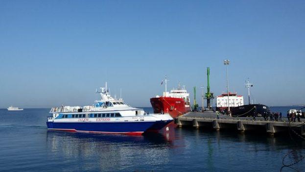 Llegada al puerto de Dikili del primer ferry con refugiados deportados de Europa a Turquía. (@javi_triana)
