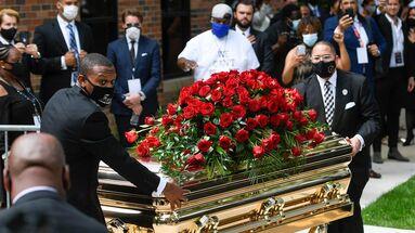 Llegada del féretro de George Floyd a su funeral en Mineápolis. El entierro será el martes en Texas. (EFE/EPA/Craig Lassig)