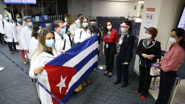 Llegada de los médicos cubanos a Panamá. (La Prensa)