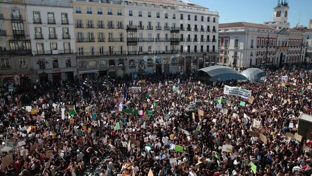 Lleno en la Puerta del Sol de Madrid para reivindicar un compromiso político que proteja al medioambiente. (JuventudxClima)