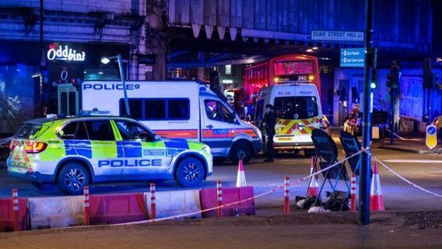El London Bridge, tomado por vehículos policiales y ambulancias tras los atentados. (EFE)