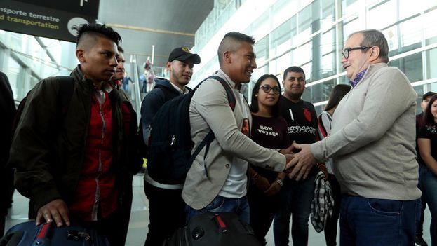Londoño despidió en el aeropuerto a los becados que viajan a Cuba para estudiar medicina con una beca del Gobierno. (EFE)