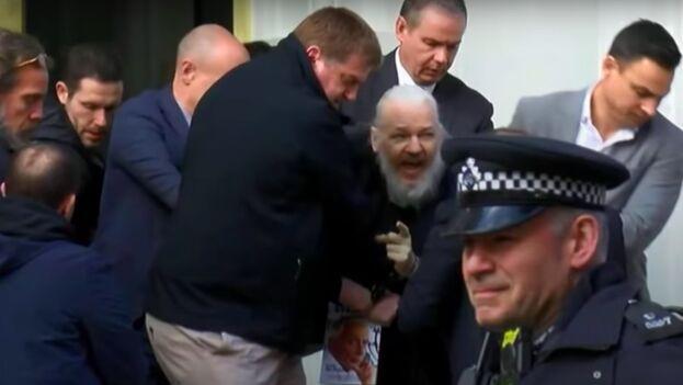 La policía metropolitana de Londres señaló inicialmente que el periodista fue apresado en virtud de una orden de arresto emitida por la Corte de Magistrados de Westminster. (Captura)