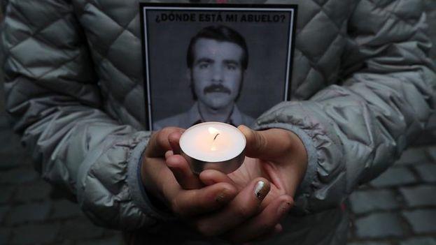 Una niña sostiene una vela en Londres 38, antiguo centro de tortura durante la dictadura de Augusto Pinochet. (EFE)
