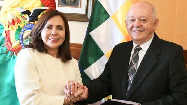 La canciller Karen Longaric junto a Walter Oscar Serrate, nuevo embajador de Bolivia en Estado Unidos. (@MRE_Bolivia)