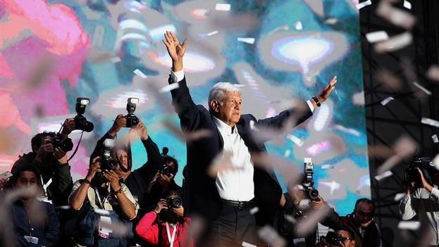 López Obrador celebra su triunfo en la plaza de la Constitución de México. (EFE/Alex Cruz)