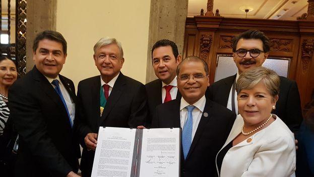López Obrador firmó el Plan de Desarrollo Integral para atender el fenómeno migratorio el mismo sábado de su toma de posesión. (@m_ebrard)