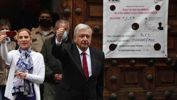 Andrés Manuel López Obrador a la salida del colegio electoral este domingo. (EFE)
